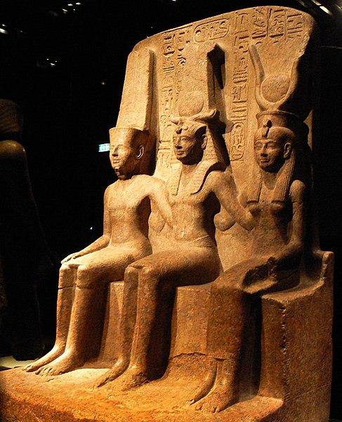 Statua di Ramesse II con Amun e Hathor