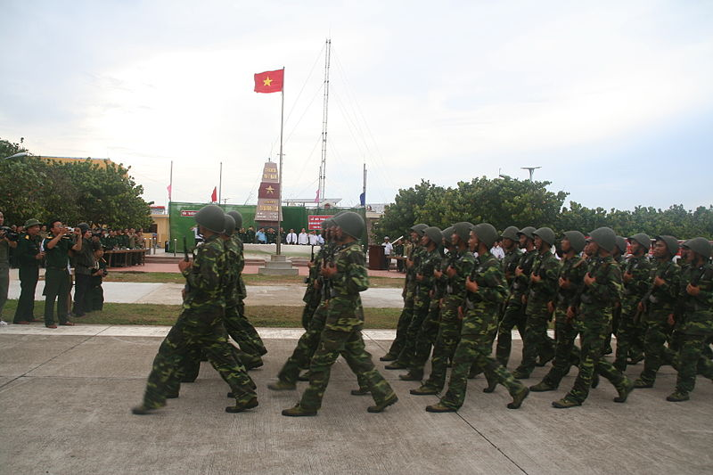 Tập tin:Quân đội duyệt binh ở Trường Sa.JPG
