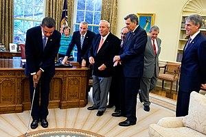 English: President Barack Obama takes a practi...