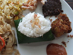 English: Nasi uduk, rice cooked with coconut m...