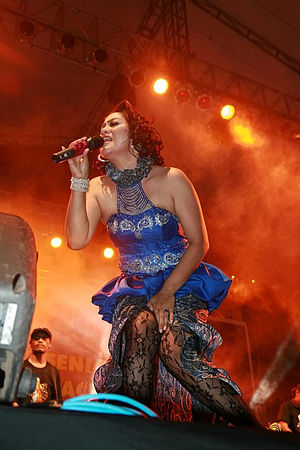 English: Dangdut singer Yan Vellia at Pesta Ke...