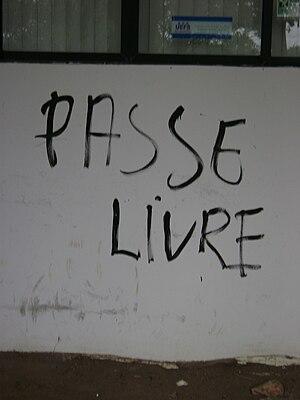 Português: Pichação Passe Livre em parede de e...