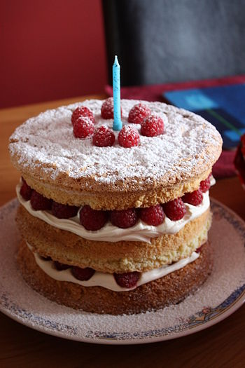 English: Raspberry and cream sponge birthday c...