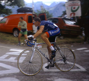 Lance Armstrong riding to victory at L'Alpe d'...