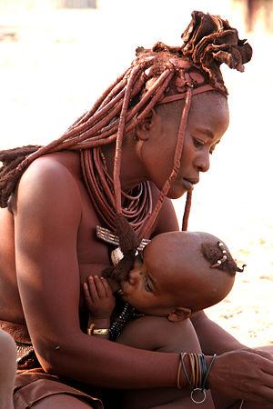 Namibie, une femme Himba et son enfant