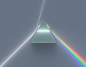 Εικόνα ενός πρίσματος που διαθλά το λευκό φως στα χρώματα του φάσματος, όπως ανακάλυψε ο Νεύτων.