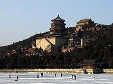 Il Palazzo d'Estate a Pechino, con il lago Kunming utilizzato come pista da pattinaggio; oggi il complesso fa parte di un parco, uno dei più belli della capitale cinese