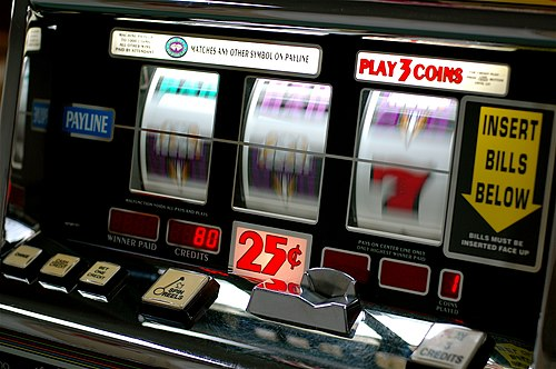 https://i2.wp.com/upload.wikimedia.org/wikipedia/commons/thumb/b/bd/Slot_machine.jpg/500px-Slot_machine.jpg