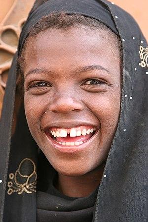 Türkçe: Gülümseyen Yemenli bir çocuk. Gülümsey...