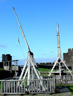 English: Scaled-replica siege weapons at Caerp...