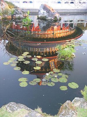 English: Temple at Epcot China in reflecting pool.