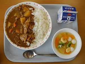 English: Curry and rice, a common school lunch...