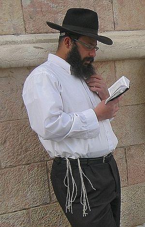 English: Orthodox Jewish man wearing a tallit ...