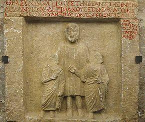 Estela funeraria de dos jóvenes y su pedagogo, muertos en un terremoto, Nicomedia, siglo Ia.C., museo del Louvre.