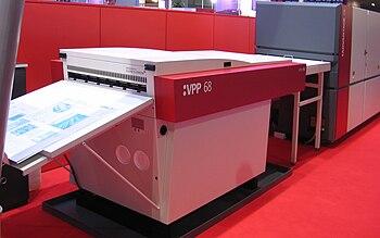 Dispositivo de impresión  directamente a la placa de la casa AGFA. Usa un láser violeta para la generación de la placa litográfica