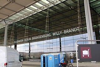 Eingang des BER (Bild: OTFW/Wikipedia)