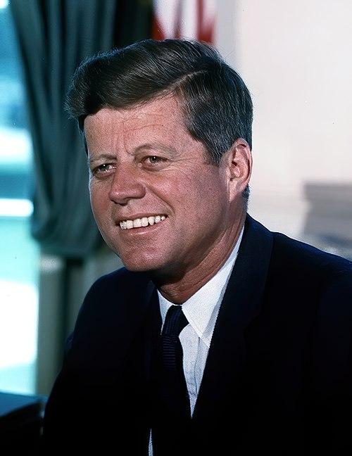 https://i2.wp.com/upload.wikimedia.org/wikipedia/commons/thumb/c/c3/John_F._Kennedy%2C_White_House_color_photo_portrait.jpg/500px-John_F._Kennedy%2C_White_House_color_photo_portrait.jpg