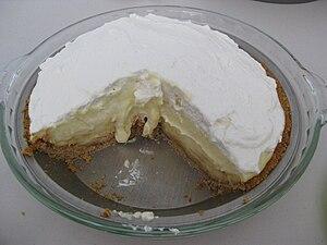 English: Banana cream pie with slice removed, ...