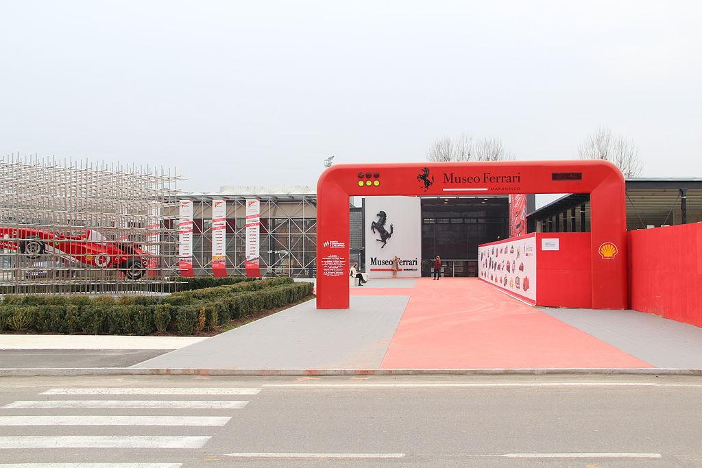 1024px-Ferrari-Museum_Maranello_1 Bologna e dintorni da scoprire in auto