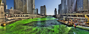 English: Chicago river dyed green on St. Patri...