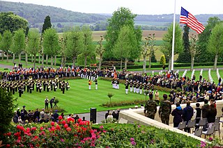 https://i2.wp.com/upload.wikimedia.org/wikipedia/commons/thumb/c/c6/U.S._and_French_service_members_participate_in_a_Memorial_Day_ceremony_May_26%2C_2013%2C_at_the_Aisne-Marne_American_Cemetery_and_Memorial_in_Belleau%2C_France_130526-M-XI134-015.jpg/320px-thumbnail.jpg