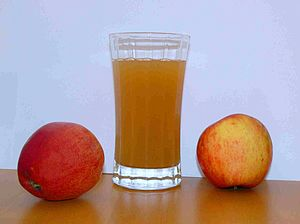 English: Apple juice with two apples Deutsch: ...