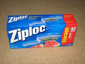 English: A box of 52 gallon Ziploc bags.