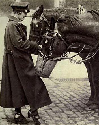 English: Postwoman in Great Britain, WWI. Espa...