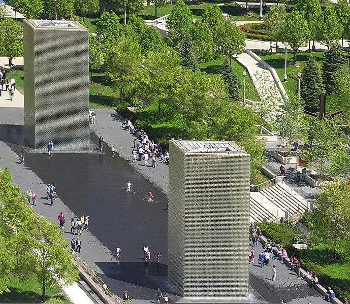 Archivo: 20080517 Crown Fountain torres de sobrecarga 6,5 grados de rotación 300x cizalla cropped.jpg