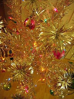 English: A closeup of an aluminum Christmas tree.