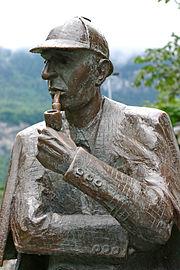 """Shinichi Kudo in Detective Conan si proclama lo """"Sherlock Holmes del terzo millenio"""", qui raffigurato in una statua."""