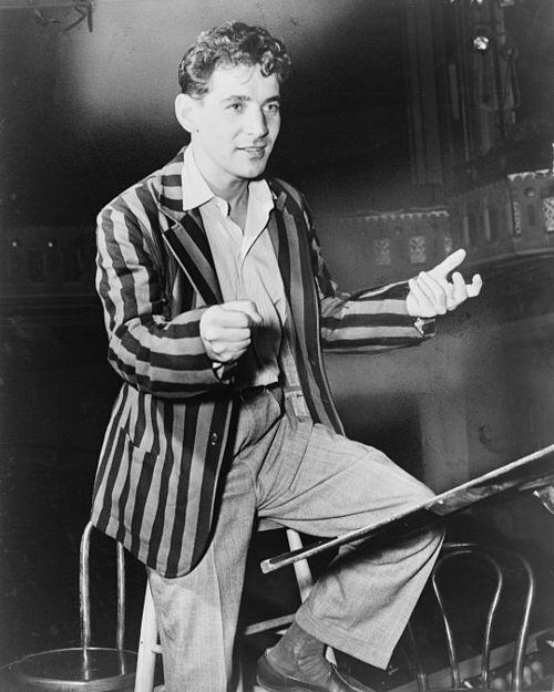 https://i2.wp.com/upload.wikimedia.org/wikipedia/commons/thumb/c/cd/Leonard_Bernstein_NYWTS_1945.jpg/500px-Leonard_Bernstein_NYWTS_1945.jpg