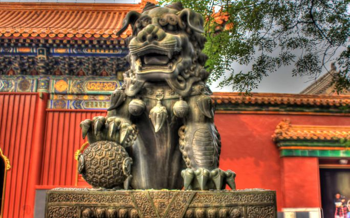 Gfp-china-beijing-lion-statue-at-lama-temple