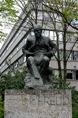 Statue of Sigmund Freud in London, with the Ta...