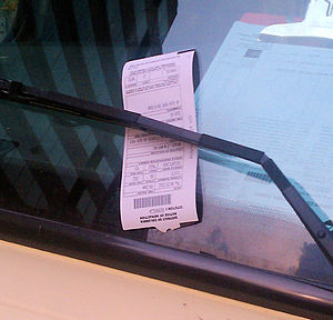English: Parking ticket on the window of a com...