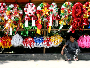 A Filipino vendor selling Parols.