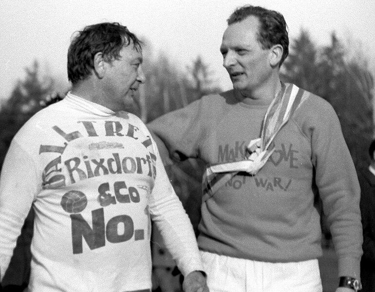 Datei:Fußballspiel mit Wolfgang Neuss, Stuttgart (1968?) 5.jpg
