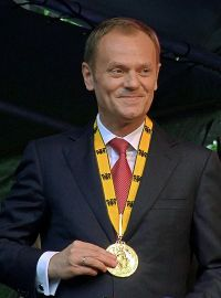 Tusk receiving the Charlemagne Prize