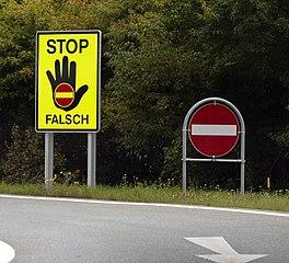 Schilder an einer Autobahnauffahrt (Imst/Tirol), sollen das Auffahren von Geisterfahrern verhindern (Bild: Pflatsch /Wikipedia)