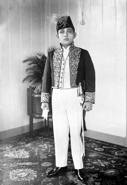 Berkas:COLLECTIE TROPENMUSEUM Portret van Mahmoed Abdoel Djalil Rachmat Sjah Sultan van Langkat Noord-Sumatra TMnr 10001816.jpg