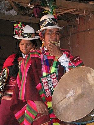 Una pareja de quechuas con siku y caja. Sucre....