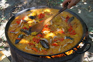 English: paella cooking in Spain, by José-Manu...