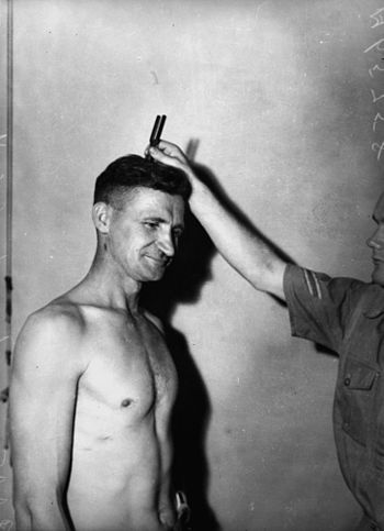 English: Medical test for RAAF recruit, Brisbane, 1940.