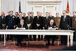 Jimmy Carter e Leonid Brejnev assinando o SALT II, em 1979