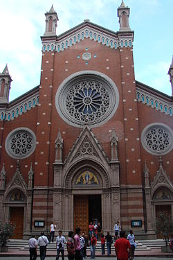 https://i2.wp.com/upload.wikimedia.org/wikipedia/commons/thumb/d/d6/S._Antonio_di_Padova%2C_Istanbul.jpg/250px-S._Antonio_di_Padova%2C_Istanbul.jpg