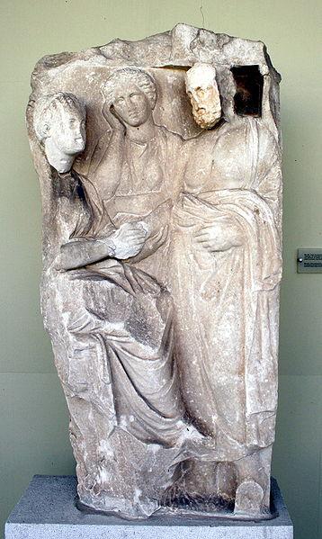 upload widimedia com - Αρχαιολογικό Μουσείο Πειραιά - Επιτύμβια Στήλη νεάνιδος