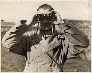 English: Photograph of holing binoculars