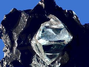 English: Nearly octahedral diamond crystal in ...