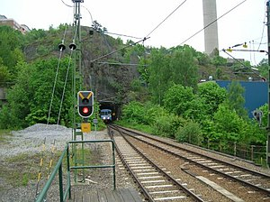 Ett tåg på Saltsjöbanan kommer ut ur Henriksda...