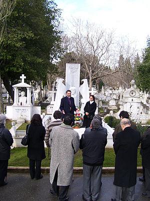 English: Bishop Sebouh Chouldjian at the grave...